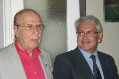 6.6.2009-Consegna-fondi-per-lAbruzzo.-A-sinistra-il-Presidente-dellAssociazione-degli-Abruzzesi-Bellante-e-a-destra-il-Presidente-del-Puglia-Club-De-Lorenzo